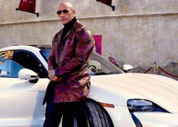"""FOTO: """"La Roca"""" no logra entrar a un Porsche y obliga a cambiar el rodaje de la nueva cinta de Netflix"""